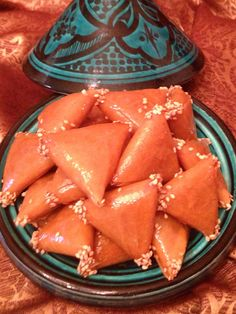 Briwat is one of the most irresistible goodies. Deep fried filo pastry triangles stuffed with almonds that's flavored with orange blossom water, cinnamon and Arabic gum which give the cookie a wonderful taste. Orange Blossom Water, Filo Pastry, Arabic Dessert, Eastern Cuisine, Moroccan Style, International Recipes, Ramadan, Christmas Cookies, Cravings