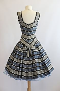 Vintage Fashion: Back view of dress at Vintage Dresses 50s, 50s Dresses, Retro Dress, Cotton Dresses, Pretty Dresses, Beautiful Dresses, Retro Outfits, Vintage Outfits, Cute Outfits