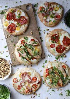 Pitapizza er den perfekte restemiddag, og denne varianten med hvit pizzasaus er ekstra smakfull