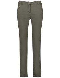 These slim-fitting trousers are an all-rounder for your wardrobe. The pocket opening with appliqud studs adds a shiny statement.