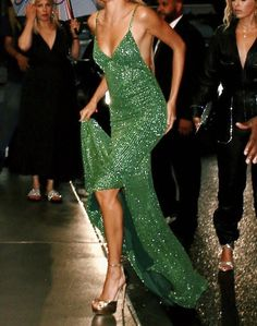 Couture Fashion, Runway Fashion, Look Fashion, High Fashion, Mode Monochrome, Pretty Dresses, Beautiful Dresses, Hailey Baldwin, Event Dresses