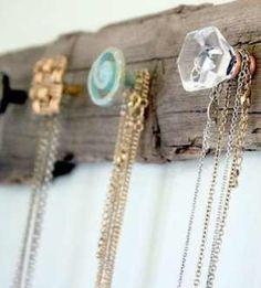 Un porte collier fait maison necklace holder Diy Necklace Holder, Necklace Hanger, Necklace Storage, Scarf Holder, Diy Necklace Organizer, Homemade Jewelry Organizer, Diy Purse Hanger, Head Band Holder, Diy Key Holder