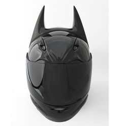 Casco de motociclista al estilo Batman