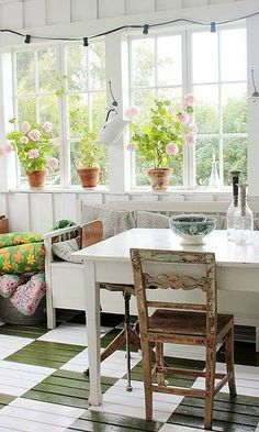 Vintage House: glass veranda and painted floor Style Cottage, Cottage Living, Cozy Cottage, Garden Cottage, Casas Magnolia, Ideas Cabaña, Home Interior, Interior Design, Elsie De Wolfe