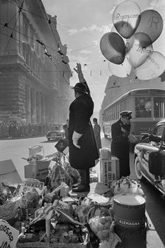 How did he do that with available light? Over expose the background and then burn it in like crazy? - Henri Cartier-Bresson, presente faterà Xmas to traffic policeman a tradition in the 70's
