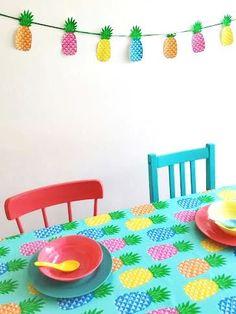 Super idée déco avec la toile cirée ananas. J'adore la guirlande !!!  #ananas #fête #tropical #party #beach #table #oilcloth #toile #cirée #tablecloth #pineapple