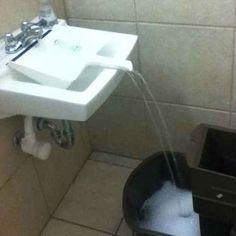 Usa una pala de plástico para llenar un balde cuando no puedes ponerlo debajo de la canilla