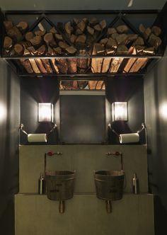 WC, sanitaires, vieux seau en bois, robinet à volant, bucher, miroirs, métal