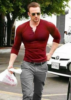 Best Celebrity Street Styles: Chris Evans shows off his All-American Pecs in this Maroon Henley … Mode Masculine, Grey Chinos, Style Masculin, Paris Mode, Herren Outfit, Chris Evans Captain America, Hommes Sexy, Fashion Mode, Paris Fashion