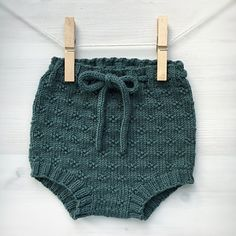 Ravelry: Timianshortsen / The Timian Shorts pattern by Tine Johnsrud Baby Cardigan, Knit Baby Dress, Knitted Baby Clothes, Knitted Romper, Baby Girl Dress Patterns, Baby Clothes Patterns, Baby Knitting Patterns, Baby Patterns, Baby Shorts