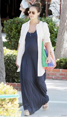 Robe fluide et chemise longue, Jessica Alba pimente heureusement son look avec des accessoires de caractère.