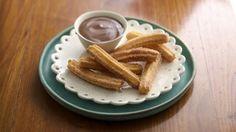 Dorados y crujientes por fuera, suavecitos por dentro, y con un rico sabor de azúcar con canela, es fácil comprender por qué todo el mundo ama los churros.<br />