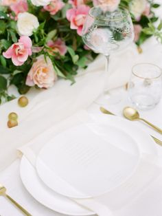 La Tavola Fine Linen Rental: Tuscany White with Aurora White Table Runner and Tuscany Eggshell Napkins | Photography: Lost Coast Photography, Design & Florals: Janna Brown Design Co, Venue: Swan House, Paper Goods: Tara Spencer