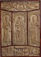 Plaque d'ivoire de la couverture d'EVANGELIAIRE DE LORSCH.- ENLUMINURE CAROLINGIENNE 1] BASES. 1.3. LE LIVRE A L'EPOQUE CAROLINGIENNE, 14. L'enluminure est en interaction étroite avec la sculpture sur ivoire. Les œuvres de petit format, facilement transportables, acquirent un rôle important dans la transmission de l'art antique et byzantin. A l'opposé, la sculpture carolingienne en grandeur nature ne laisse que quelques fragments; les travaux de joaillerie se sont mieux transmis.