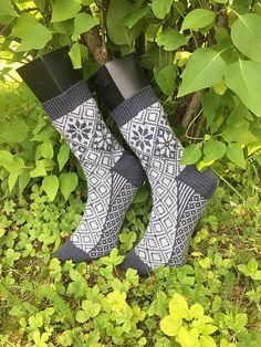Ravelry: Askeladden sokk pattern by Lill C. Crochet Socks, Knit Or Crochet, Knitting Socks, Hand Knitting, Knitted Hats, Knitting Patterns, Knitting Projects, Mitten Gloves, Mittens