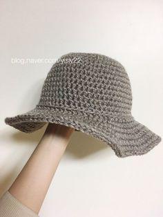 모자 모자 니트모자를 만들자 랄랄라 버킷햇 뜨기 일명 벙거지 모자! 캬 정말 유행은 십년씩 돌고 도나보다... Crochet Box, Granny Square Crochet Pattern, Love Crochet, Knit Crochet, Crochet Hats, Sombrero A Crochet, Crochet Stocking, Easy Crochet Stitches, Crochet Backpack