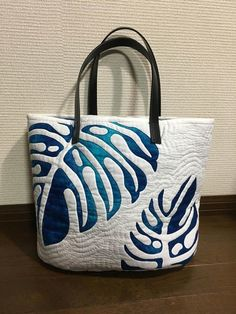 Image Article – Page 365917538473541691 Hawaiian Quilt Patterns, Hawaiian Quilts, Handmade Fabric Bags, Leather Bags Handmade, Japanese Bag, Quilted Bag, Cloth Bags, Tote Handbags, Bag Making