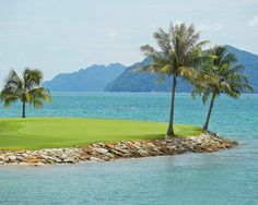 Langkawi is rapidly establishing itself as a prime golfing destination: the perfect place to combine a relaxing luxury holiday with some of the finest golf in Southeast Asia. Tee off from world-class course offering stunning vistas, unique hazards and plush greens.   @theelsclubtd  Thank you for having us.👌🏼   #fslangkawi  #golf  #destinations  #langkawi  #fourseasons