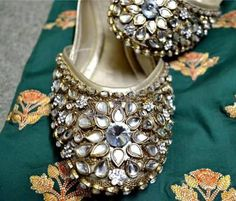 Kundan khussa is traditional footwear. The trend of khussa is peek in fashion in any time. Indian Shoes, Pakistani Jewelry, Bridal Sandals, Bollywood, Pump Shoes, Flat Shoes, Shoe Art, Women's Feet, Shoe Collection