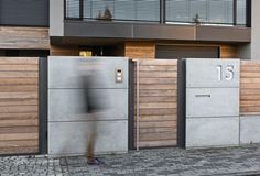 Find home projects from professionals for ideas & inspiration. Wood and Concrete. Nowoczesne ogrodzenie z betonu architektonicznego by XCEL Fence House Fence Design, Modern Fence Design, Compound Wall Design, Modern Wooden House, House Cladding, Diy Home Decor Rustic, Boundary Walls, Contemporary Style Homes, Contemporary Architecture
