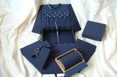 Bolillero de viaje con diferentes accesorios de trabajo, rulo y bloques Bobbin Lace Patterns, Lacemaking, Lace Heart, Lace Jewelry, Needle Lace, Winter Accessories, Couture, Sewing Hacks, Lace Detail