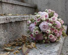 Combinación entre peonías y rosas de pitiminí.