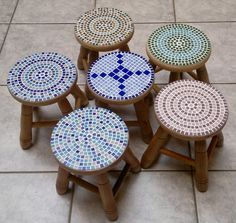 Lovely idea for these little stools Mosaic Tile Art, Mosaic Diy, Mosaic Garden, Mosaic Glass, Mosaics, Tile Crafts, Mosaic Crafts, Mosaic Projects, Mosaic Furniture