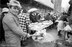Warszawa, grudzień 1989 r., bazarek przy ul. Marszałkowskiej. Handel uliczny, zwalczany w PRL-u, na początku III RP dał Polakom możliwość rozwoju prywatnej przedsiębiorczości na dużą skalę. Do 1989 roku w komunistycznej Polsce bazary funkcjonowały na pograniczu dwóch światów, choć legalne, opierały się na traktowanym jako relikt kapitalizmie.