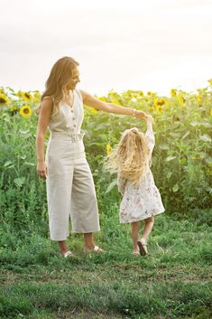Cute Family Photos, Family Picture Outfits, Family Posing, Family Pictures, Sunflower Feild, Sunflower Field Pictures, Sunflower Pictures, Picture Poses, Picture Ideas