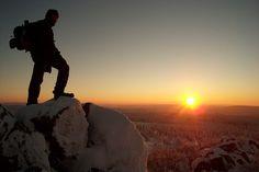 Skiareal Klínovec ----- Klínovec (dt. Keilberg) ist als höchster Berg im Erzgebirge (1244m) sehr gut erreichbar. Das Skigebiet liegt unweit der deutschen Grenze, ungefähr 120 Kilometer von der tschechischen Hauptstadt Prag entfernt. Es handelt sich um das größte Skigebiet im Erzgebirge, das jedes Jahr all seinen Besuchern qualitativ gute Dienstleistungen und Skibedingungen anbietet.