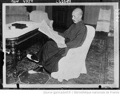 Le général Sadao Araki, ministre de la guerre, lisant le rapport Lytton : [photographie de presse] / Rengo - 1932