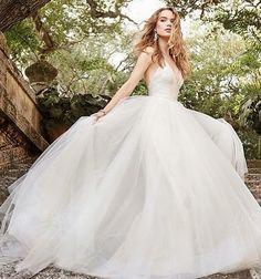 So romantic.. #wedding #weddingdress #bridalfashion #bride #princess