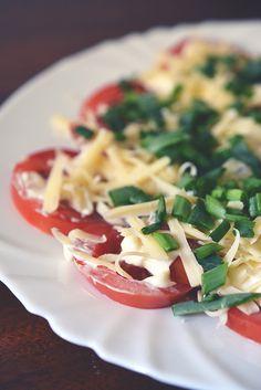 Niezawodny dodatek na grilla | Pomidory z majonezem, serem i szczypiorkiem | Kuchnia Bazylii