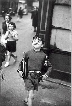 """""""La cosa migliore é guardare,non c'é niente da dire. Bisogna guardare, e guardare é cosi difficile.Noi siamo abituati a pensare.Riflettiamo tutto il tempo, in un modo piú o meno felice, ma nessuno ci insegna a guardare.É un processo lungo.Richiede parecchio tempo, imparare a guardare.Uno sguardo che pesa, che interroga"""" (Henri Cartier-Bresson)"""