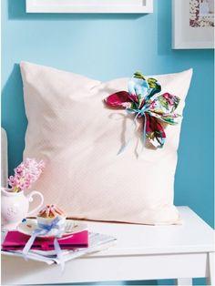 Kuschelige Frühlingsdeko: Ein Kissen erblüht...und dafür braucht es nicht viel – lediglich einen Stoffrest und etwas Zeit. ZUR ANLEITUNG >>