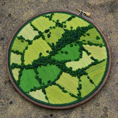 No photo description available. Embroidery Hoop Art, Cross Stitch Embroidery, Embroidery Patterns, Arte Popular, Fabric Art, Cross Stitching, Textile Art, Sewing Crafts, Diy Crafts