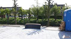 Betonbank DeLuxe Antraciet Ovaal bij Noachschool in Schoonrewoerd