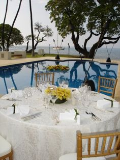 Honuala'i - Hawaii Venues - Outdoor beach wedding reception with classic decor