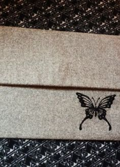 Kup mój przedmiot na #vintedpl http://www.vinted.pl/damskie-torby/kopertowki/11387717-filcowa-kopertowka-z-motylkiem