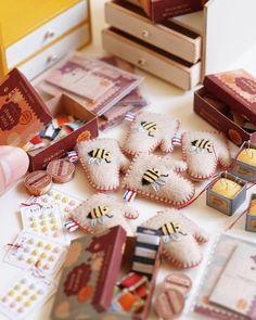 Several sewing sets for sale at the event held in Osaka on 3-4 Dec. 1/6 scale for dolls. ;) 1/6 ドールサイズのソーイングセットも幾つか販売します 当日、先着順にて整理券を配布する予定です。整理券1枚につき、1点ご購入いただけます。また詳細は追ってお知らせします。 #miniature #dollshouse #diorama #ochibitswip #ミニチュア #ドールハウス #オチビッツ制作中 #ミニチュアアート展2016 …は12/3のみ参加します