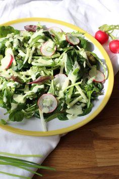 Frühlingssalat mit Mandel-Kräuter-Dressing
