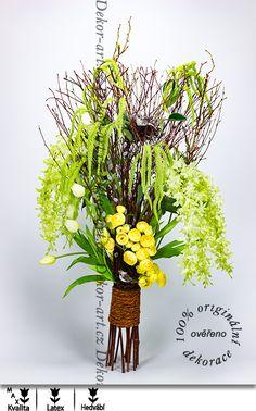 Velké jarní aranžmá bílch tulipánů a ptáčků v koruně vrby