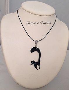 Collier mi-long avec un chat noir en plastique fou : Collier par laurence-creation                                                                                                                                                     Plus