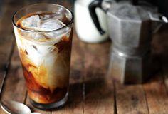 Con este calor, lo único que se te antoja es tomar algo frío pero, si eres como yo que no se resisten la café, te comparto la receta de la bebida de moda en Starbucks y es ideal para beber: Cold Brew.Hacer un Cold Brew casero es súper sencillo y lo mejor es que te puede durar hasta dos semanas en tu refrigerador.Necesitas:150 gr café Molido1 litro de aguaAgua Natural1 jarraCucharaFiltro de tela / Filtro de Papel1 mason jarPara prepararlo debes: