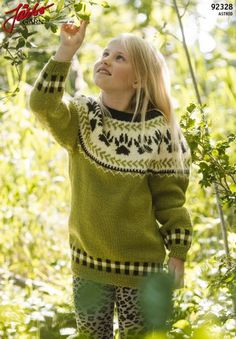 'Wolf paw' - Round knit sweater with pattern Wolf Paw, Crochet Pattern, Graphic Sweatshirt, Knitting, Sweatshirts, Lady, Knit Sweaters, Knits, Fashion