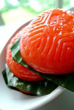 Malaysia Nyonya Pastry: Ang Ku Kueh (Red Tortoise Cake - Traditionally red tortoise-shaped cake made of glutinous rice flour mashed sweet potato with mung bean paste filling). Asian Snacks, Asian Desserts, Asian Recipes, Malaysian Cuisine, Malaysian Food, Biko Recipe, Malaysian Dessert, Asian Cake, Mung Bean