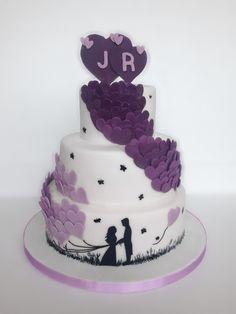 Hochzeitstorte | Torte mit lila Herzen aus Fondant | dreistöckig | drei Etagen | Torte zur Hochzeit | weiß mit lila Herzen | Herzluftballons | Farbverlauf | Ehepaar | Schattenbild | Silhouette Hochzeitspaar | Fondanttorte