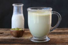 Take a break from the coffee shop and be your own barista with this moringa latte, chock-full of immune system boosting moringa powder. Paleo Meal Prep, Paleo Diet Plan, Tea Recipes, Paleo Recipes, Coffee Bad For You, Moringa Recipes, Moringa Benefits, Quinoa Bars, Moringa Powder