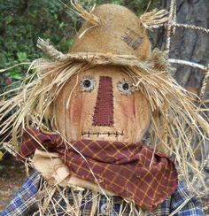 épouvantail à moineaux, homme en paille avec chapeau de paille et chemises à carreaux