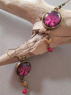 Boucles d'oreilles métal bronze dôme verre coeur perle fuchsia : Boucles d'oreille par les3filles